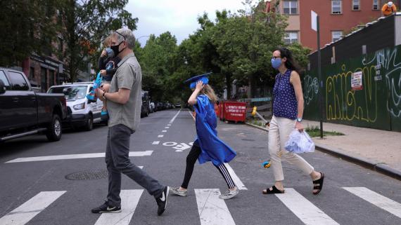 Una familia camina por Brooklyn durante el brote de coronavirus.