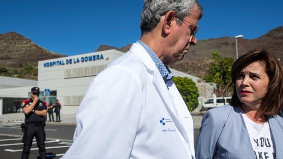 Médicos y miembros del Gobierno canario hablan a las afueras del hospital de La Gomera, donde se detectó uno de los primeros casos de COVID-19 en España.