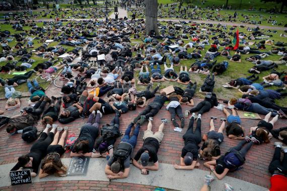 Un grupo de manifestantes se tira al suelo durante las protestas en Boston por la muerte de George Floyd bajo custodia policial.