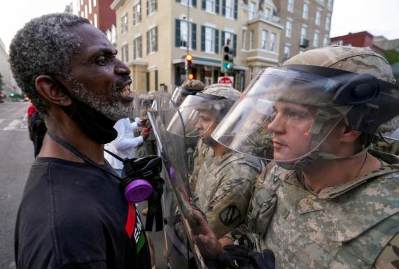 Un hombre se enfrenta a la Guardia Nacional cerca de la Casa Blanca durante las protestas del movimiento 'Black lives matter' tras la muerte de George Floyd.