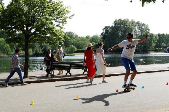 Un skater en Hyde Park, Londres, tras el confinamiento por el coroanavirus
