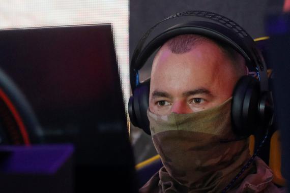 Un hombre juega a videojuegos