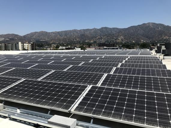 Una instalación de paneles fotovoltaicos de Ikea en su tienda de Burkband, California
