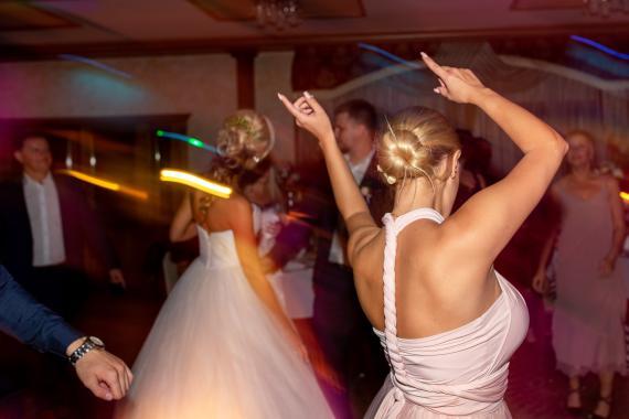 Invitados bailando en una boda.