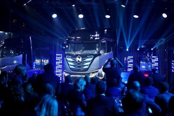 La unidad de camiones del fabricante de vehículos industriales italiano-estadounidense CNH, Iveco, presenta sus nuevos camiones de batería de combustible de hidrógeno y completamente eléctricos en asociación con Nikola EEUU.