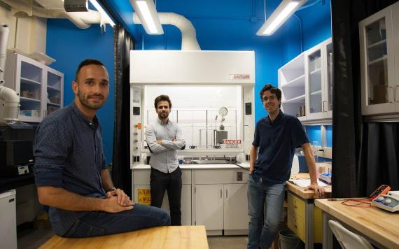 De izquierda a derecha, Francisco Martin-Martinez, Antoni Forner-Cuenca, y Diego López Barreiro en un laboratorio de MIT donde hacían los experimentos con biomasa