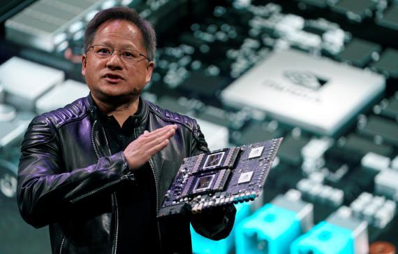 Jensen Huang, CEO de Nvidia, muestra la plataforma Drive Pegasus durante el CES 2018.