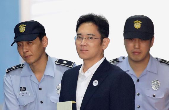 Lee Jae-yong llega al juzgado en 2017 para escuchar el veredicto.