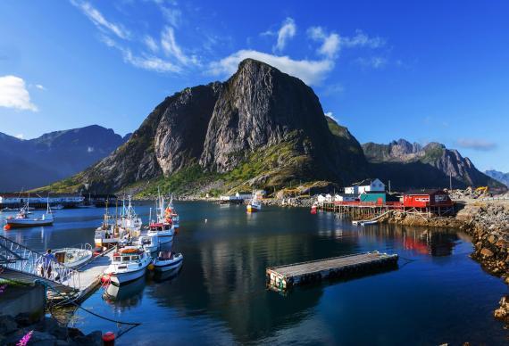 """En las islas Lofoten de Noruega, puedes """"dormir en una pequeña cabaña, ir a pescar de día y luego ver la aurora boreal desde un jacuzzi""""."""