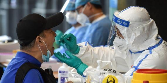 Un hombre es sometido a pruebas de detección del coronavirus en Nanjing, al este de China, el 15 de junio de 2020.
