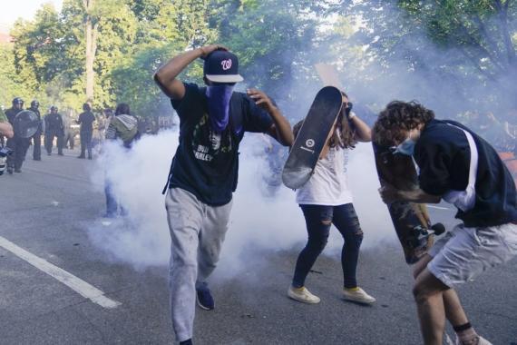 Los manifestantes, reunidos para protestar por la muerte de George Floyd, comienzan a huir del gas lacrimógeno utilizado por la policía para despejar la calle cerca de la Casa Blanca en Washington, el lunes 1 de junio de 2020.