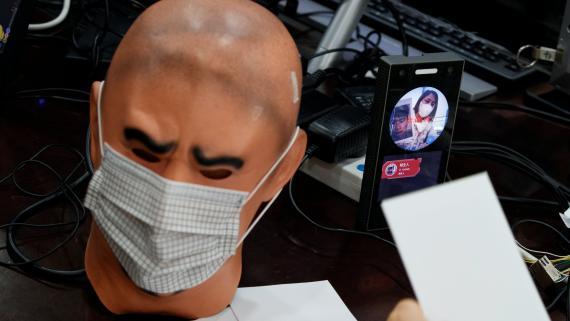 Pruebas de reconocimiento facial a un maniquí con mascarilla durante la crisis del COVID-19 en China.