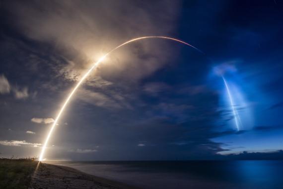 Imagen del impresionante haz de luz que dejó el lanzamiento de los satélites Starlink-8 de SpaceX en los cielos de la costa de Florida el pasado 13 de junio
