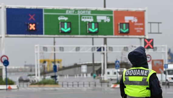 Un oficial de aduanas francés, ante el paso fronterizo cerrado de Calais