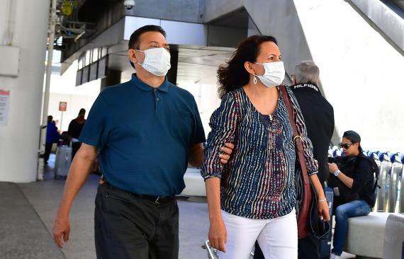 Personas con mascarillas en el Aeropuerto Internacional de Los Ángeles (LAX) en Los Angeles, California, 2 de marzo, 2020.