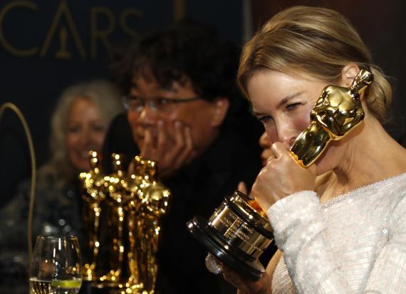Renee Zellweger con su Oscar de Mejor Actriz, 2020.