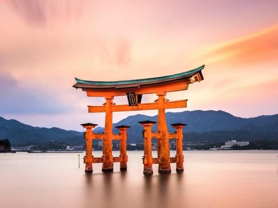 Puedes pasar una noche fenomenal en Miyajima, Japón.