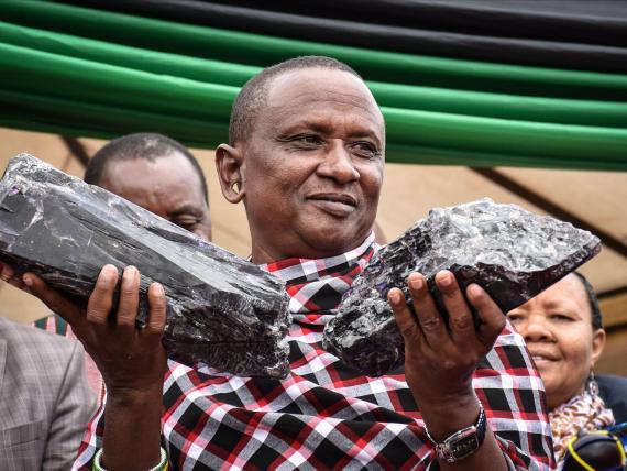 Un minero tanzano se ha convertido en millonario de la noche a la mañana y quiere usar sus nuevas riquezas para construir una escuela cerca de su casa.