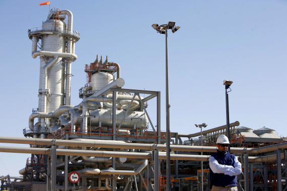 Un técnico frente a una planta de gas natural en Argelia.