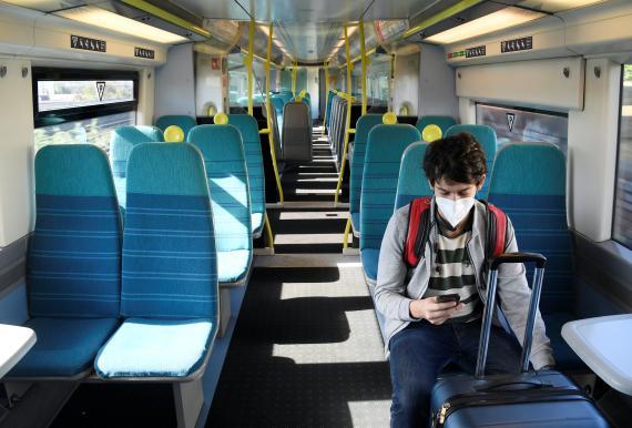Un viajero en un tren vacío en plena pandemia del coronavirus.
