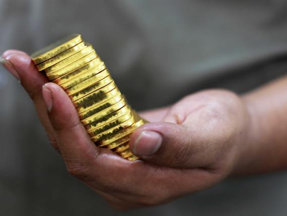 Un banco suizo vende la mitad de sus reservas en oro, pese a que su precio bate récords.