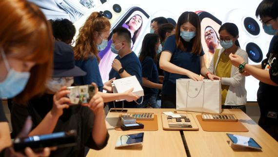 Clientes compran en una Apple Store en Pekín abierta tras la crisis del coronavirus.