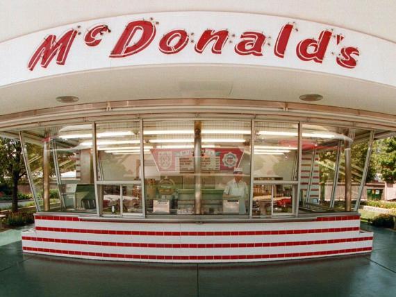 En 1955, McDonald's ofrecía hamburguesas de 15 centavos (unos 13 céntimos de euro).