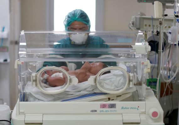 Un bebé recién nacido durante la pandemia por COVID-19.