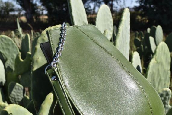 Bolso de cuero de la marca Desserto hecho con cactus.