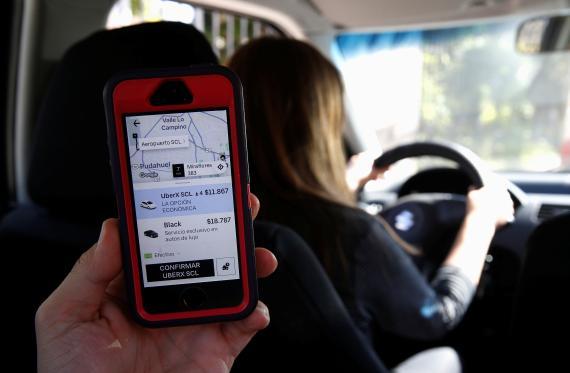 Un móvil muestra la aplicación de Uber en uno de sus coches en Santiago de Chile.