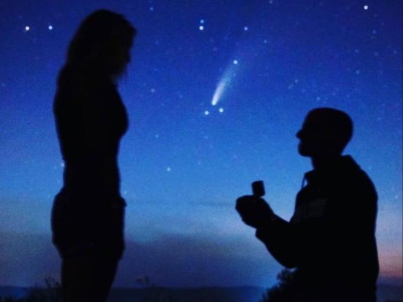 Una pareja se compromete bajo un cometa raro que solo es visible cada 6.800 años