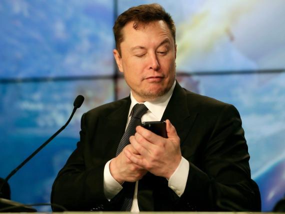 Elon Musk asegura que los coches de Tesla son demasiado caros y da pistas sobre un posible modelo más barato en el futuro