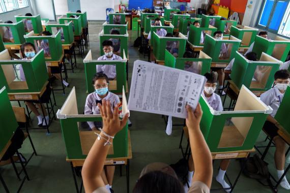 Una escuela de Tailandia reabre tras la pandemia del coronavirus con medidas de distanciamiento físico entre los alumnos.