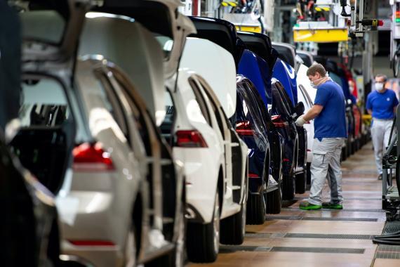 Un trabajador en una línea de Volkswagen, en Wolfsburgo, Alemania.