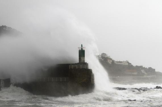 Un faro golpeado por las olas en A Guarda, Galicia.