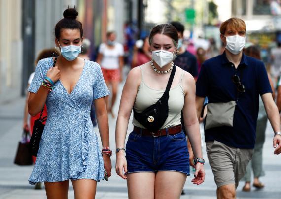 Un grupo de jóvenes pasea por Madrid con mascarilla en plena pandemia de coronavirus