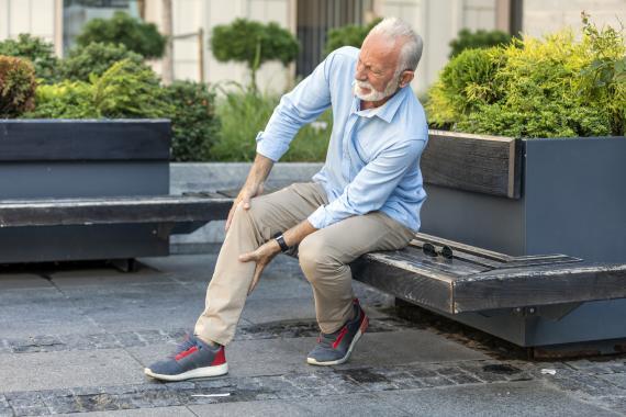 Un hombre con dolor de rodilla.