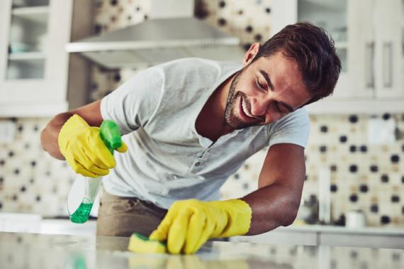 Hombre limpiando.