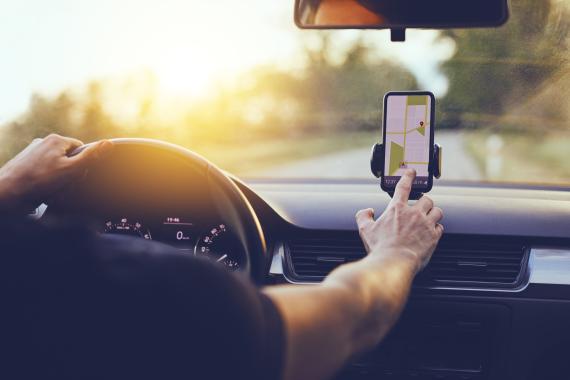 Hombre manipula GPS en el coche