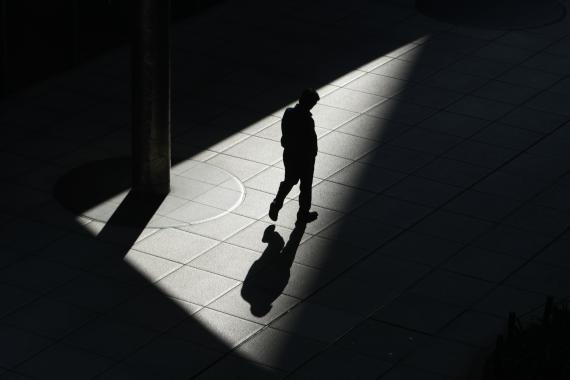 Un hombre de negocios pasea por las calles de Tokio en Japón
