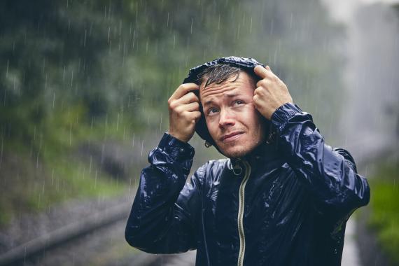 Hombre bajo la tormenta.