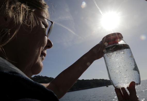 Una investigadora especializada en microplásticos mira a una muestra extraída del Mediterráneo