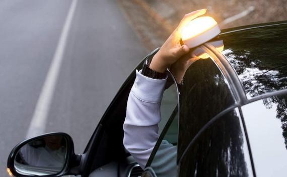 Esta luz de emergencia que sustituirá a los triángulos para coches solo cuesta 20 euros en Amazon