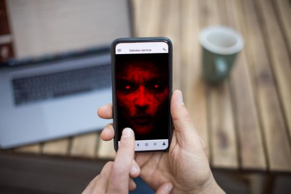 Móvil infectado con apps fraudulentas