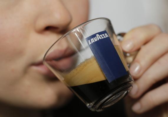 Una mujer bebiendo café