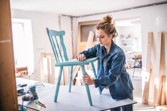 Una mujer trabaja en un taller de madera