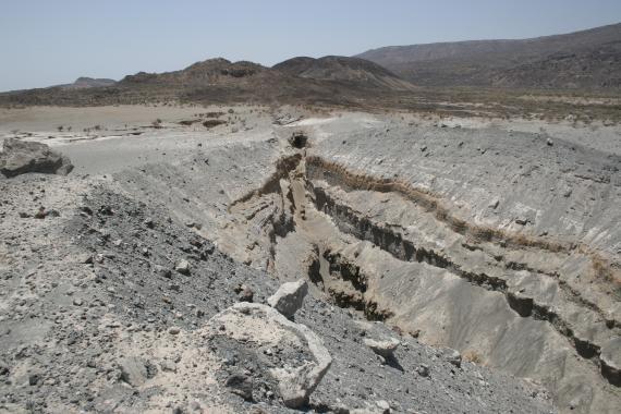 Un orificio volcánico en la franja árida de la región Afar que se abrió el 26 de septiembre de 2005.