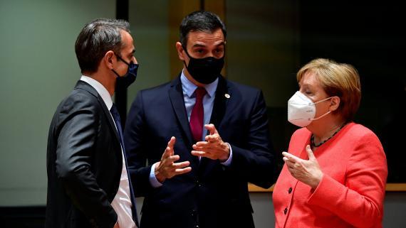 Pedro Sánchez (c) rodeado del primer ministro griego, Mitsotakis, (i) y la canciller alemana, Merkel (d).