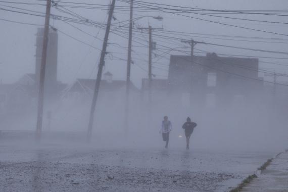 personas corriendo lluvia