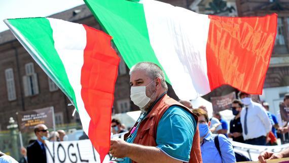 Propietarios y conductores de autobuses turísticos realizan una protesta para exigir ayuda financiera del Gobierno italiano.
